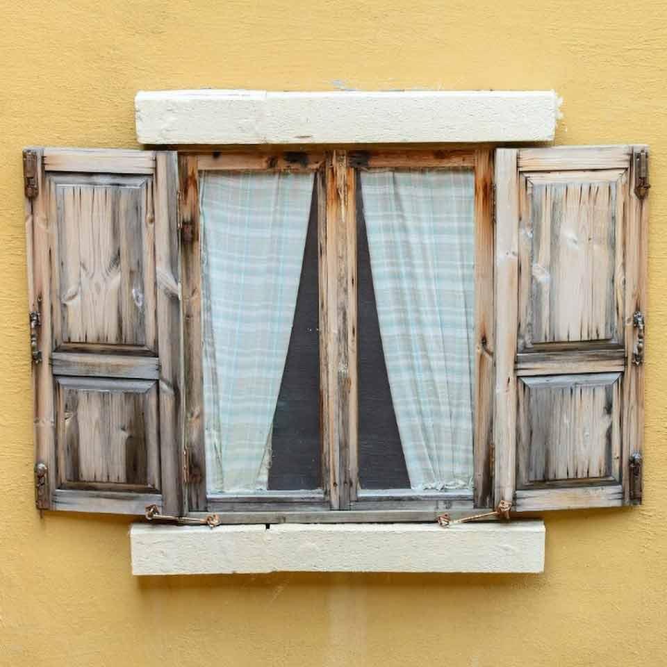 Gammalt fönster behöver putsas. Fönsterputsning bostad.